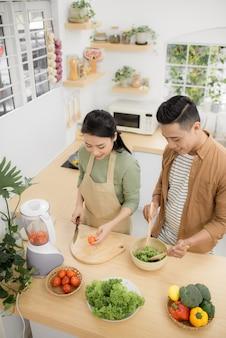Jonge aziatische man en vrouw hebben romantische tijd terwijl ze thuis blijven.