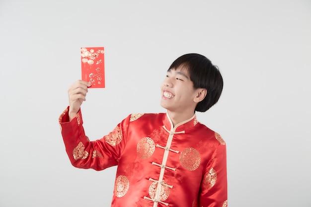 Jonge aziatische man in mandarijn kraag jurk