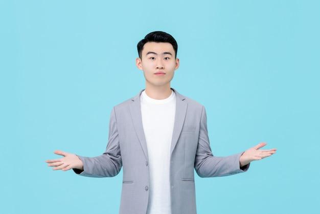 Jonge aziatische man in semi-formele kleding doet open handgebaar