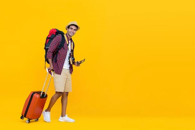 Jonge aziatische man klaar om te reizen