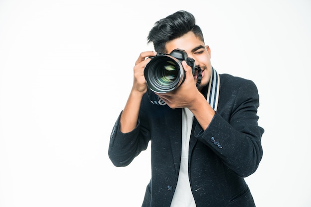 Jonge aziatische man met camera geïsoleerd op een witte achtergrond. fotograaf concept