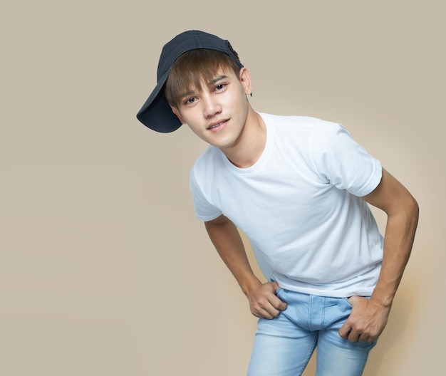 Jonge aziatische man met wit overhemd en zwarte hoed.