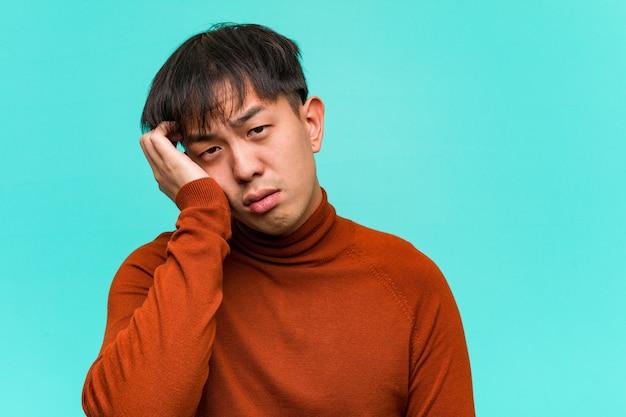Jonge aziatische man moe en erg slaperig