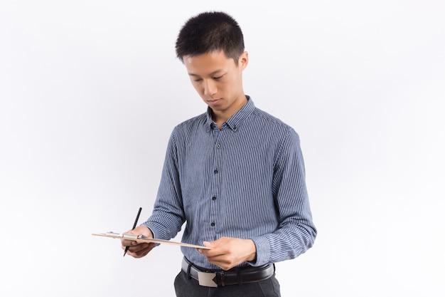Jonge aziatische mannelijke holdingsmap