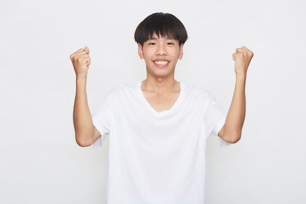 Jonge aziatische mannen zijn blij en opgewonden op wit oppervlak