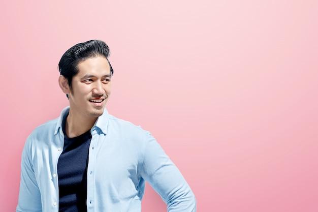 Jonge aziatische mens in vrijetijdskleding status
