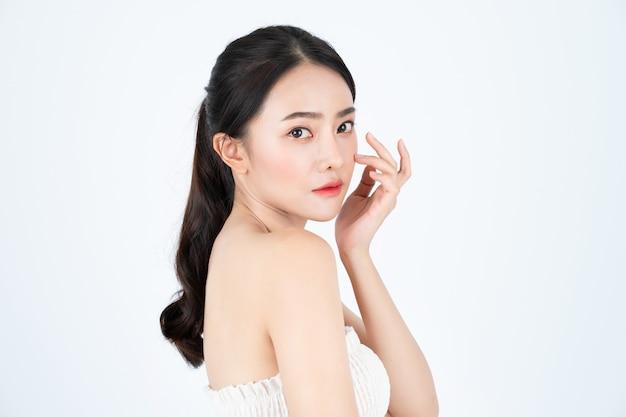 Jonge aziatische mooie vrouw in wit onderhemd, heeft een gezonde en lichte huid.