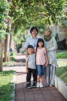 Jonge aziatische moslimfamilie