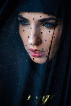 Jonge aziatische moslimvrouw in hoofddoekglimlach mooie vrouw uit het midden-oosten die abaya arabian draagt