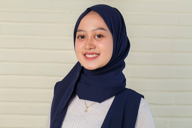 Jonge aziatische moslimvrouw in hoofdsjaalglimlach