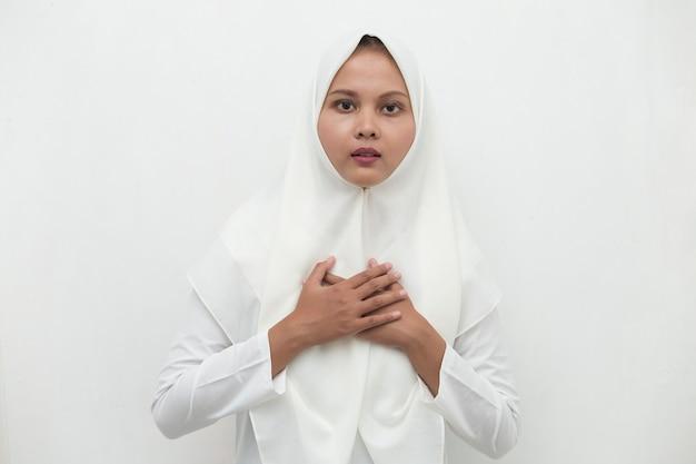 Jonge aziatische moslimvrouw kreeg pijn op de borst