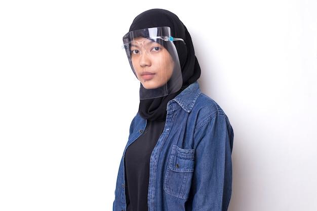 Jonge aziatische moslimvrouw met een gelaatsscherm