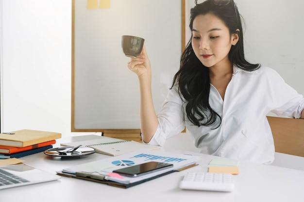 Jonge aziatische ondernemer die denken die belangrijk besluit nemen op het werk nadenken.