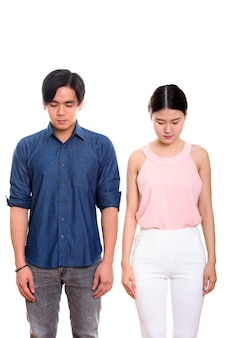 Jonge aziatische paar neerkijkt samen geïsoleerd