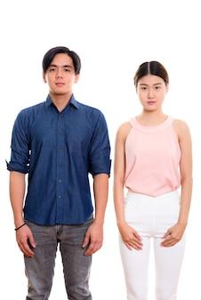 Jonge aziatische paar staande geïsoleerd