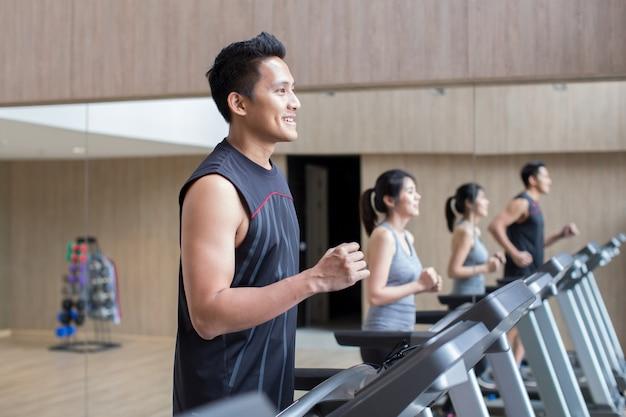 Jonge aziatische paar training in fitness gym