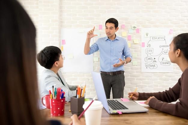 Jonge aziatische professionele leraar en student hebben samen een klas