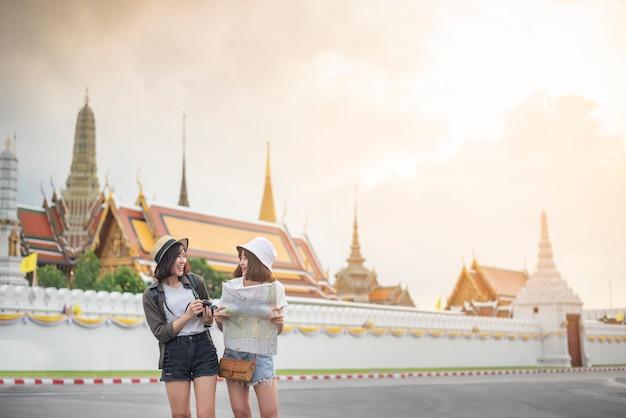 Jonge aziatische reismeisjes genieten van met mooie plaats in bangkok, thailand