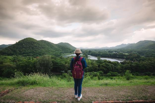 Jonge aziatische reiziger bij kang kra chan national park thailand
