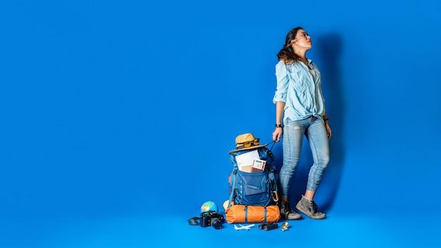 Jonge aziatische reizigers gelukkige vrouw in blauw overhemd