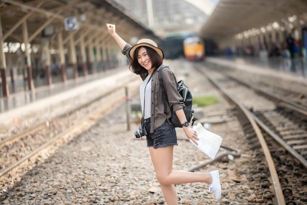 Jonge aziatische reizigersvrouw die van het toerisme geniet