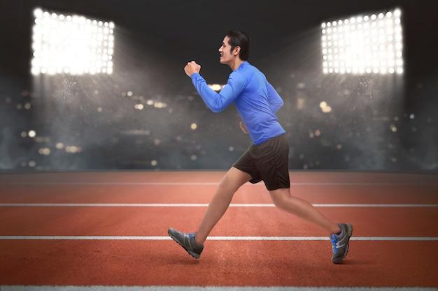 Jonge aziatische runner man loopt