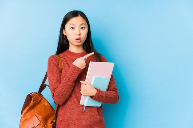 Jonge aziatische studentenvrouw die aan de kant richt