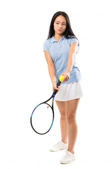 Jonge aziatische tennisspeler over geïsoleerde witte muur