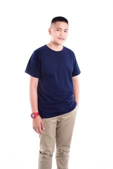 Jonge aziatische tiener die over witte achtergrond glimlacht