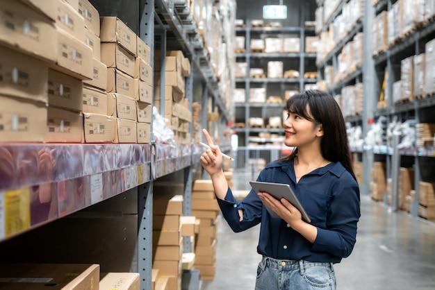 Jonge aziatische vrouw auditor of stagiair personeel werk opzoeken