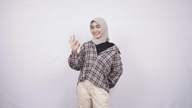Jonge aziatische vrouw casual stijl hint oke geïsoleerd op een witte achtergrond