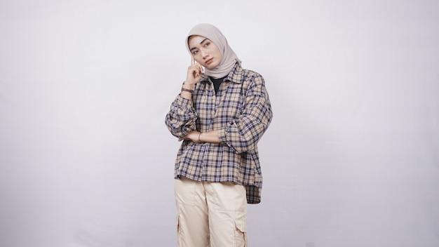Jonge aziatische vrouw casual stijl platte uitdrukking geïsoleerd op een witte achtergrond