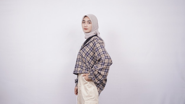 Jonge aziatische vrouw casual stijl swag expressie geïsoleerd op een witte achtergrond
