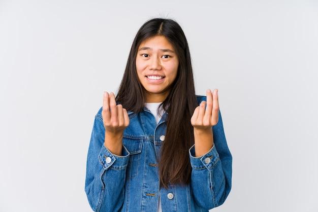 Jonge aziatische vrouw die aantoont dat zij geen geld heeft.