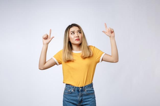 Jonge aziatische vrouw die boos en droevig terwijl het richten van vinger kijken