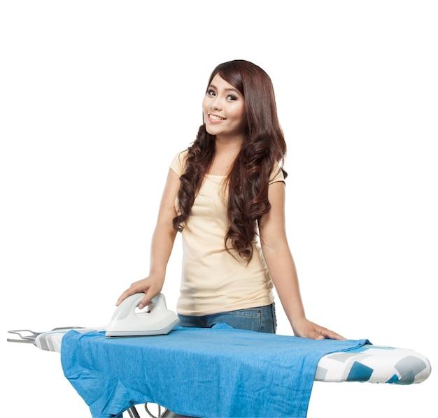 Jonge aziatische vrouw die de was doet