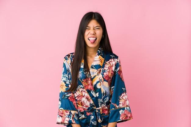 Jonge aziatische vrouw die een kimono draagt