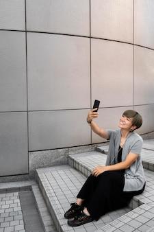 Jonge aziatische vrouw die een selfie neemt