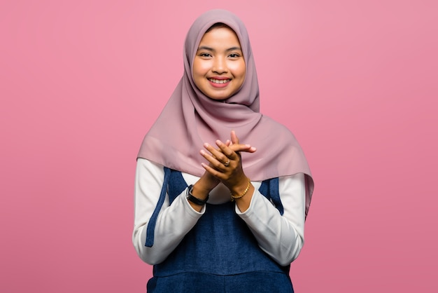 Jonge aziatische vrouw die en handen glimlacht klapt