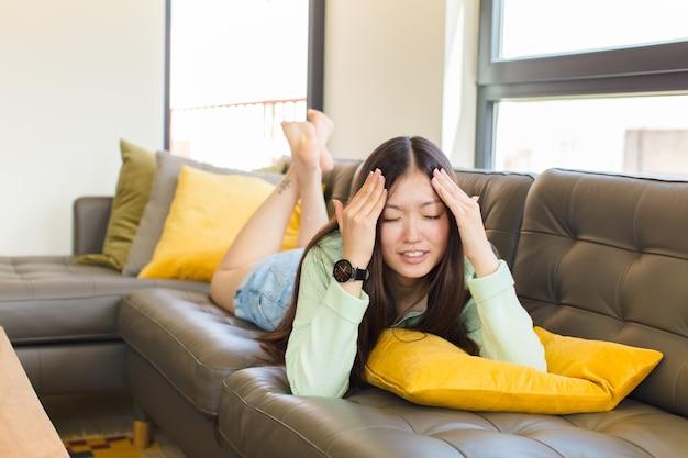 Jonge aziatische vrouw die gestrest en angstig voelt