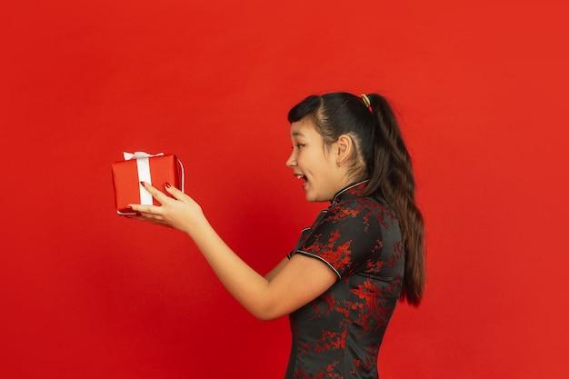 Jonge aziatische vrouw die giftbox geeft