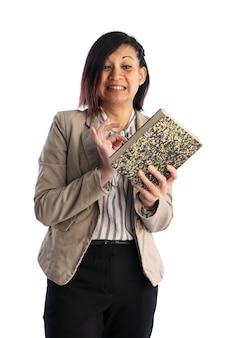 Jonge aziatische vrouw die moeite heeft met het begrijpen van een boek