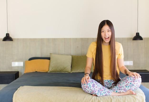 Jonge aziatische vrouw die nerveus, angstig en bezorgd kijkt en zegt dat het niet mijn schuld is of dat ik het niet heb gedaan