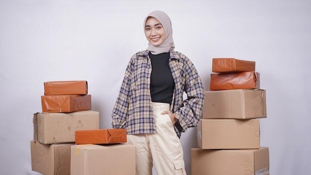 Jonge aziatische vrouw die werkt om producten online te verkopen, isoleerde witte achtergrond