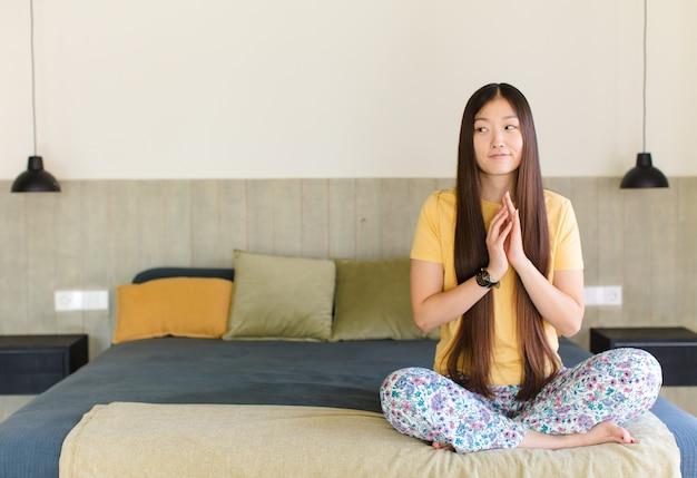 Jonge aziatische vrouw die zich verdrietig, boos of boos voelt en naar de kant kijkt met een negatieve houding, fronst in onenigheid