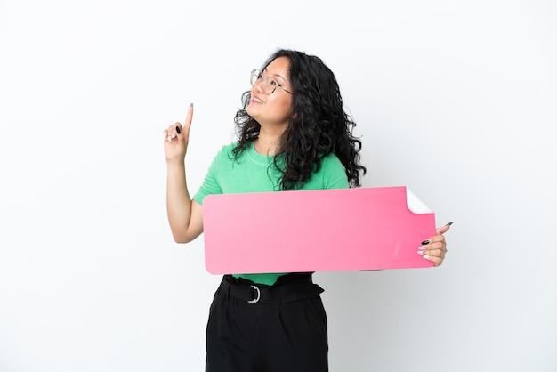 Jonge aziatische vrouw geïsoleerd op een witte achtergrond met een leeg bordje en denken
