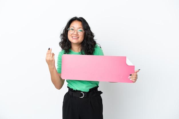 Jonge aziatische vrouw geïsoleerd op een witte achtergrond met een leeg bordje en komend gebaar doen