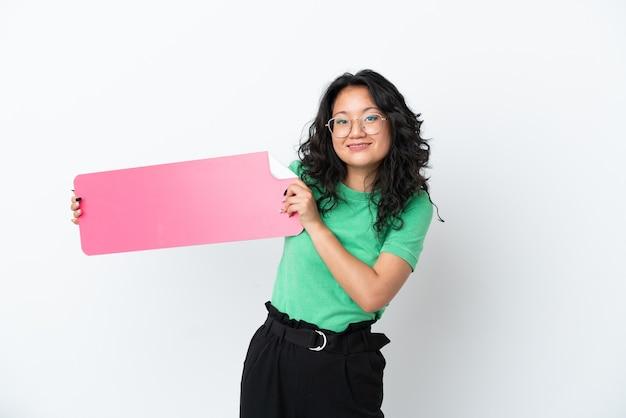 Jonge aziatische vrouw geïsoleerd op een witte achtergrond met een leeg bordje