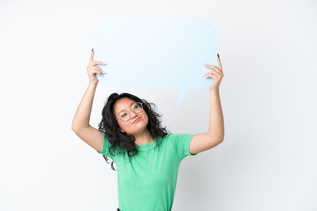 Jonge aziatische vrouw geïsoleerd op een witte achtergrond met een lege tekstballon en met droevige expression