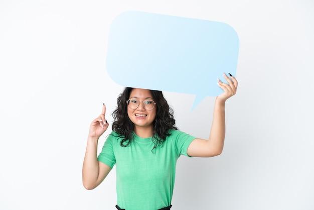 Jonge aziatische vrouw geïsoleerd op een witte achtergrond met een lege tekstballon met verrast expression
